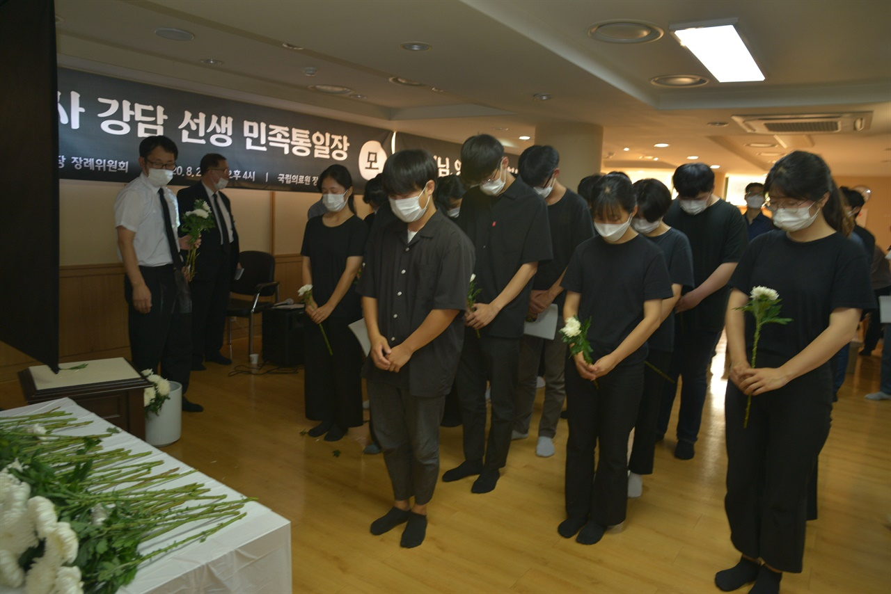 젊은 청년들이 강담 선생 빈소에 헌화하는 모습.jpg